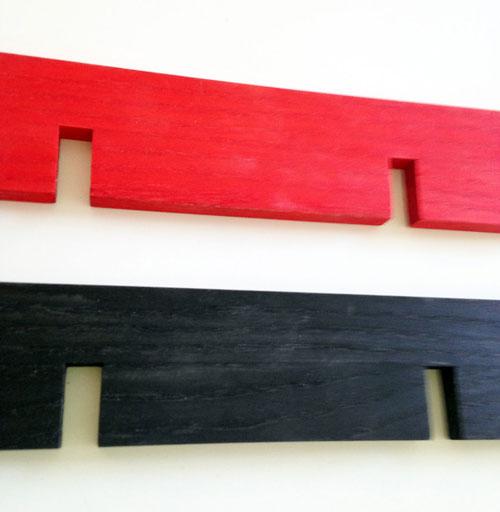 Tillval för den lite mer färgstarke! röd eller svart bets, efterbehandlad med hårdvaxolja.