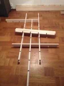 Lägg ut delarna på golvet och placera några hyllplan så hyllan blir stabil. Nu sätter du ett vattenpass på ett av hyllplanen och väger in så hyllan blir rak + att du markera skruvhålen på väggen.