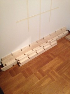 """Enkel att montera, de delar som har """"nyckelhål"""" på baksidan, ska sitta LODRÄT mot väggen."""